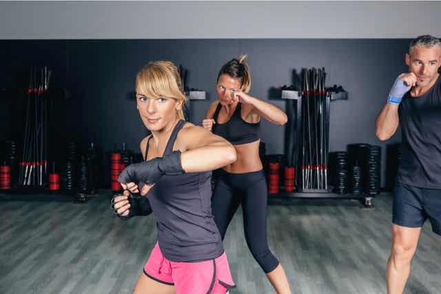 Des femmes faisant du fitboxing.