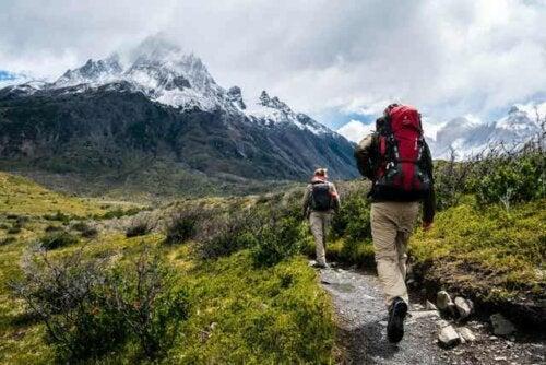 Un couple qui randonne en montagne.