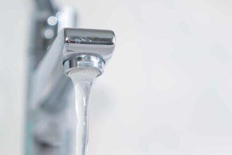 Un robinet qui fait couler de l'eau.