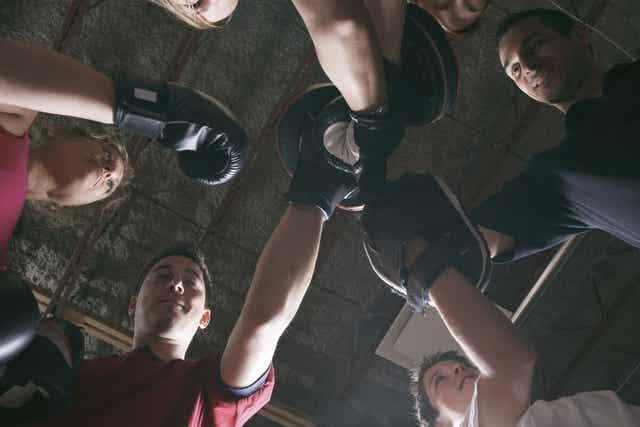 Faire de la boxe en salle de sport.