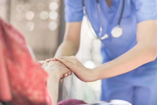 Une infirmière à domicile.