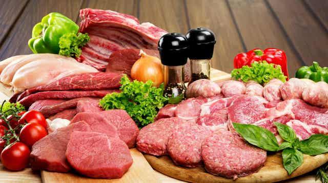Des viandes sur une table.