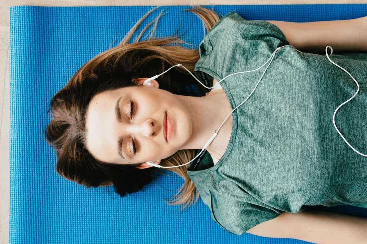 Une fille se concentre avec la musique.