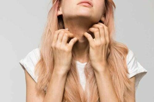 Une femme qui a une allergie au cou.