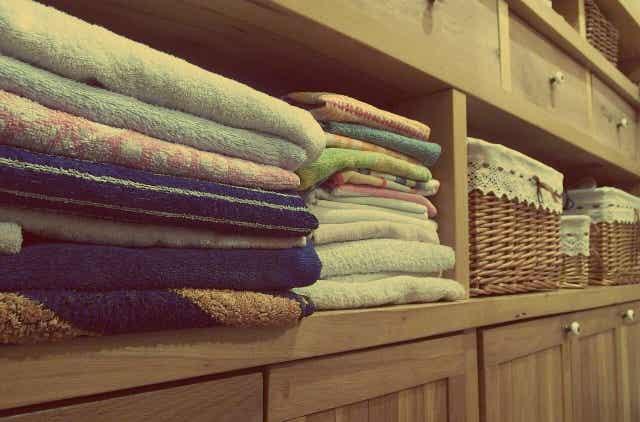 Une armoire à vêtements.