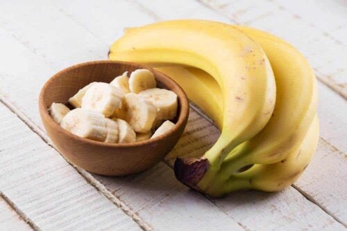 Bananes en morceaux dans un bol.