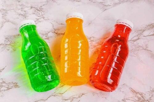 Trois bouteilles de couleur différente.