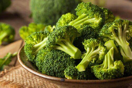 Une assiette de brocoli.