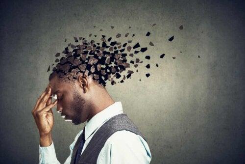 Image d'un homme avec le cerveau qui s'effrite.