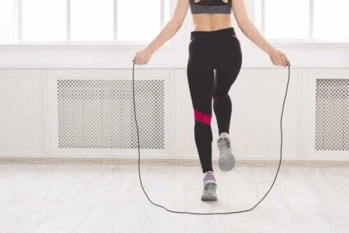 Un exercice vigoureux : la corde à sauter.