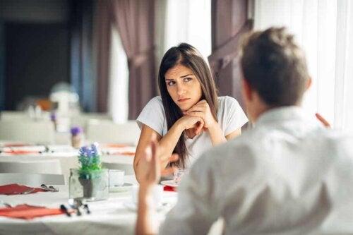 Un couple qui discute dans un restaurant.
