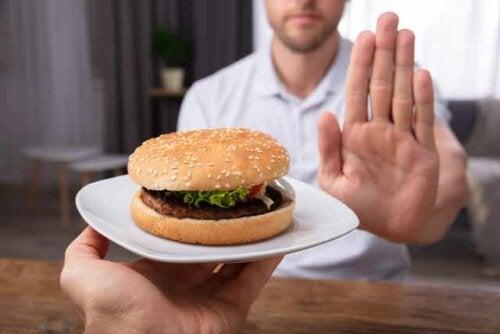 Un homme qui dit non à un hamburger.