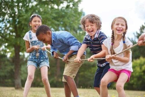 Des enfants qui jouent avec une corde.