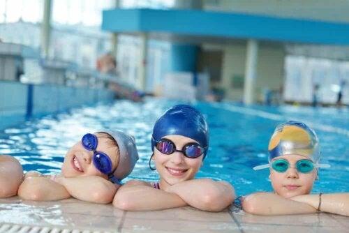 Trois enfants au bord de la piscine.