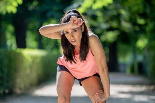 Une femme qui fait de l'exercice.