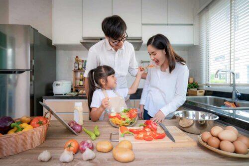 Une famille qui cuisine.