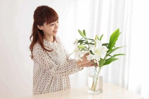 Une femme qui arrange un bouquet de fleurs.