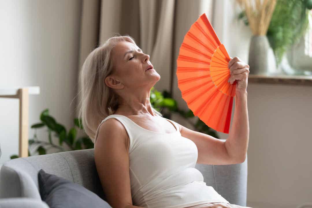 Une femme qui a des bouffées de chaleur.