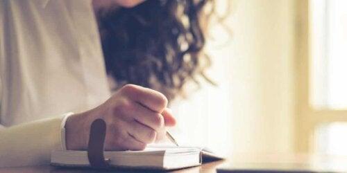 Une femme qui écrit dans son cahier.