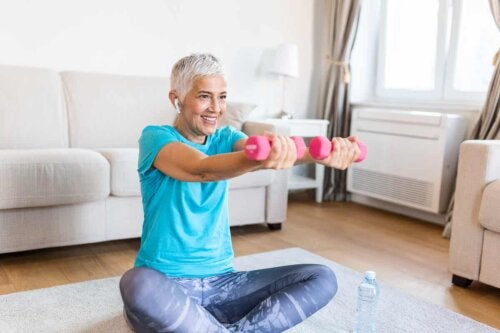 Une femme qui fait des exercices pour les bras avec des haltères.