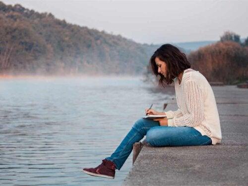 Une femme qui écrit dans son journal.