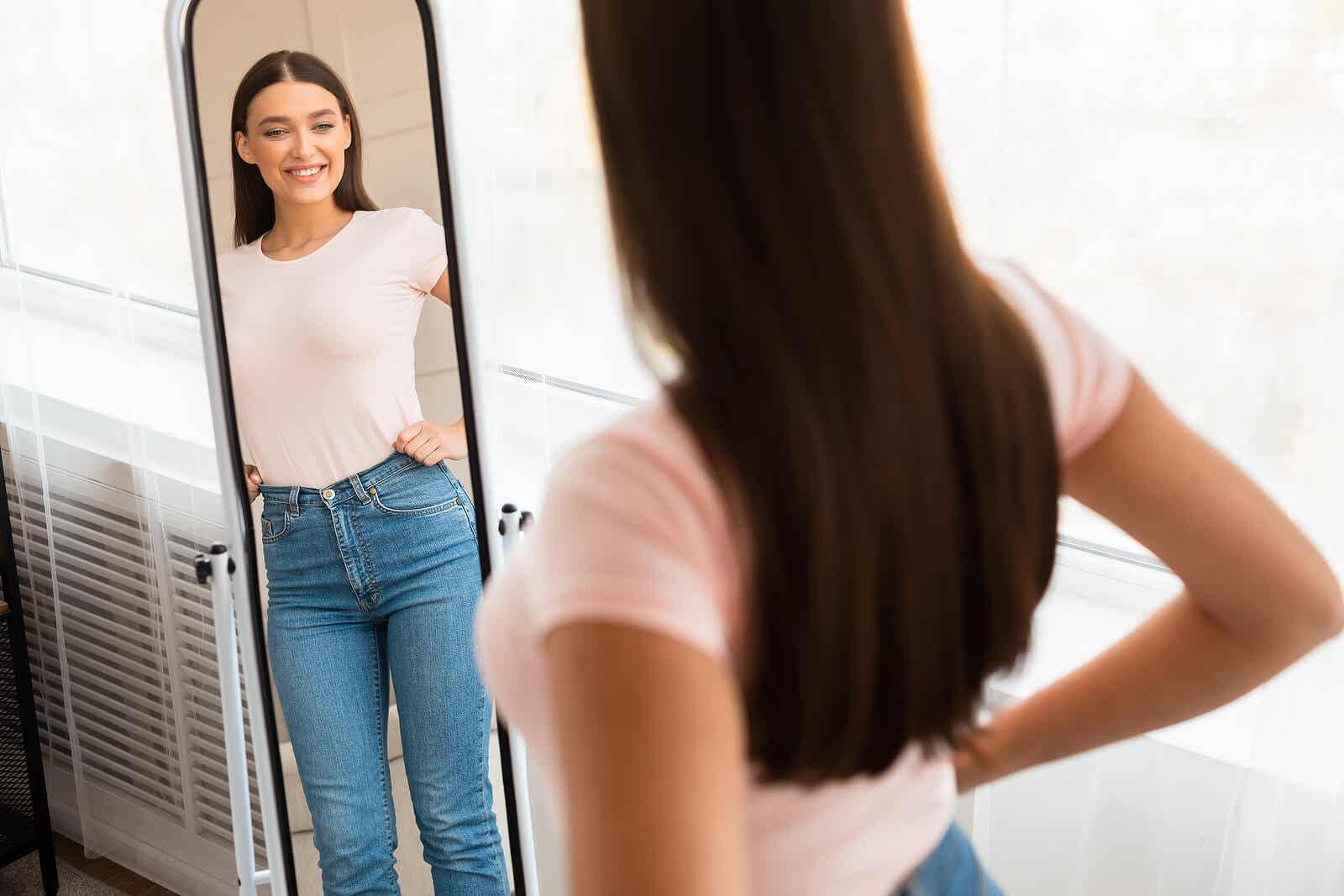 Une femme se regarde dans le miroir.