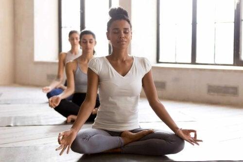 Trois femmes qui font du yoga.