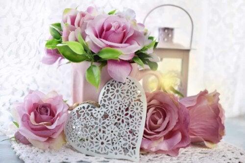 Une composition florale avec des roses.