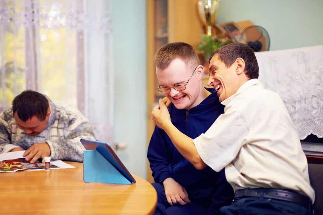 Deux personnes handicapées.