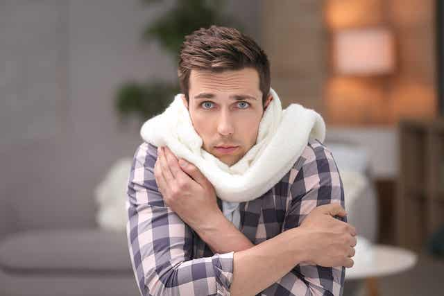 Un homme ayant froid.