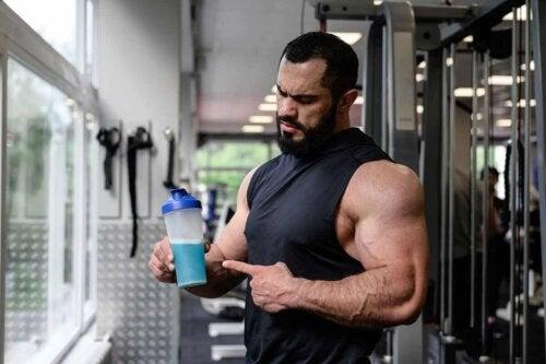 Un athlète qui boit une boisson sportive.