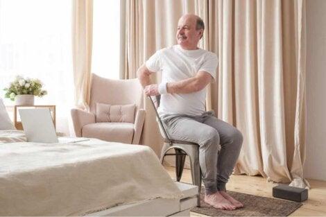 Un homme qui fait du yoga sur une chaise.