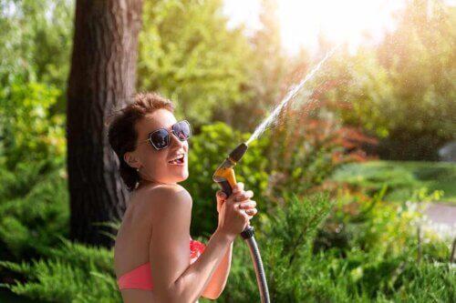 Une femme qui joue avec l'eau.