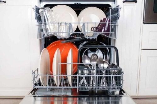 Un lave-vaisselle rempli.
