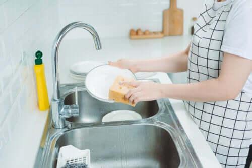 8 clés pour faire la vaisselle à la main