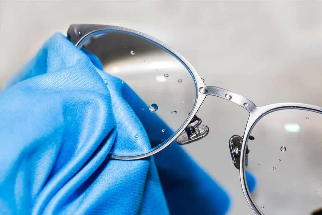 Des lunettes mouillées.