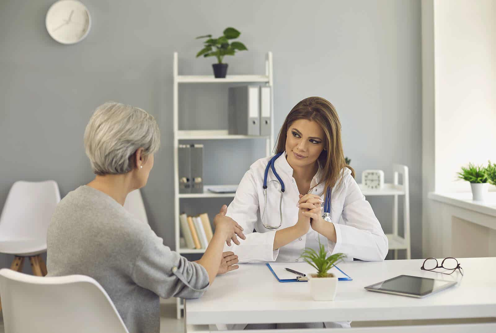 Un médecin avec une patiente.