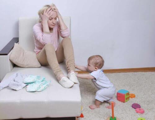 Une mère dépassée par la maternité.