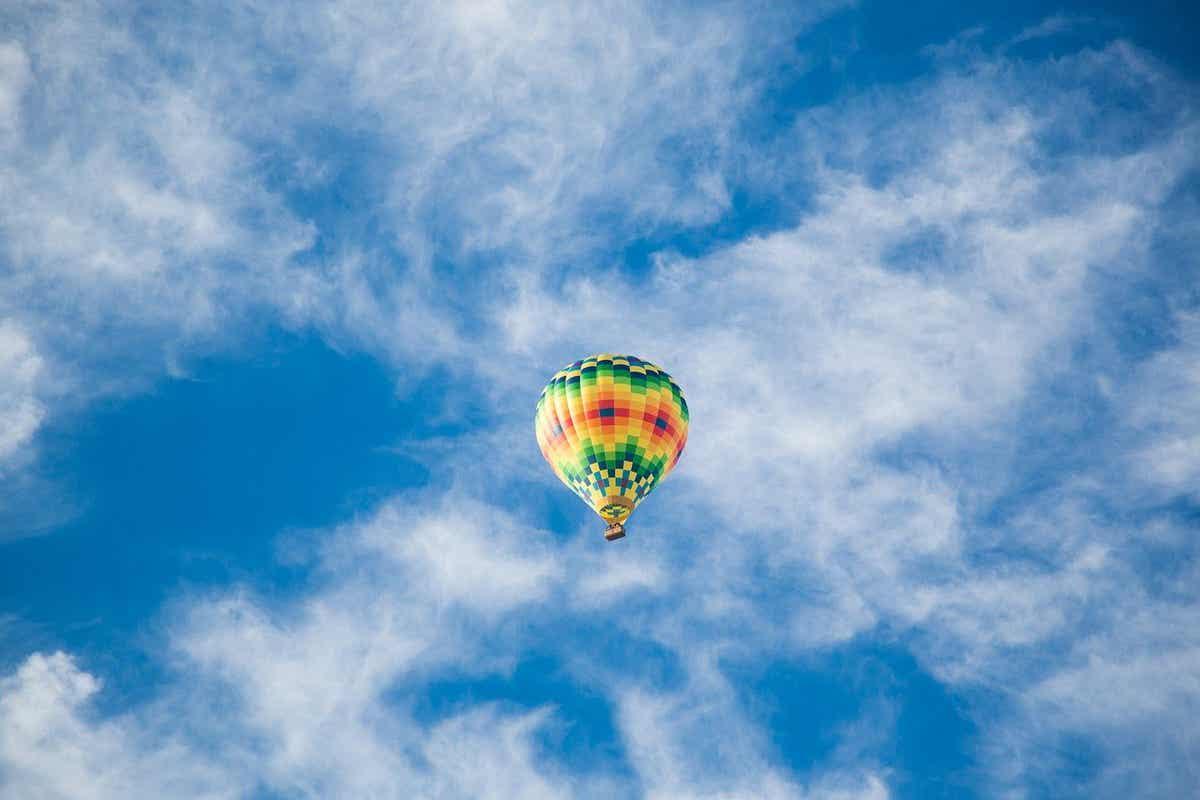 Une montgolfière dans les airs.