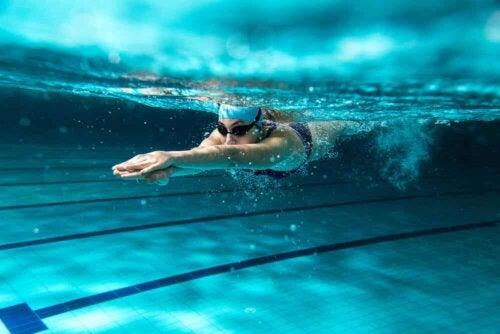 Une femme qui nage en piscine.