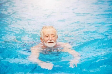 La natation chez un homme âgé.
