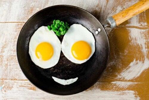 Un œuf frit dans une poêle.