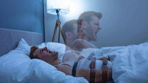 Un homme qui est paralysé dans son sommeil.