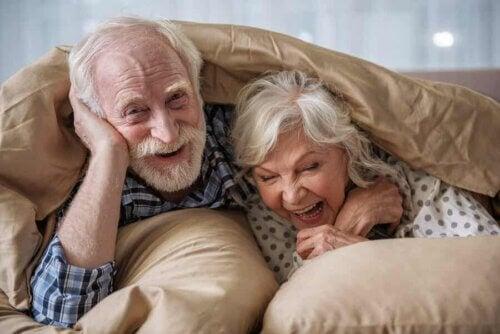 Deux personnes âgées au lit.
