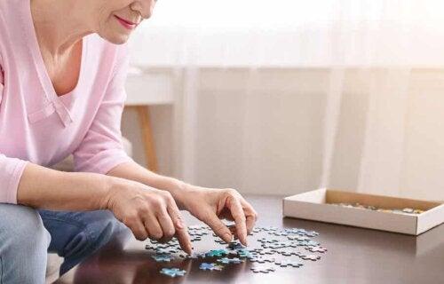 Une femme qui fait un puzzle.