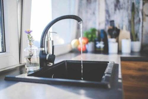Un robinet dans une cuisine.