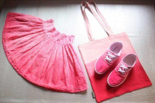 Teindre des vêtements en rose.