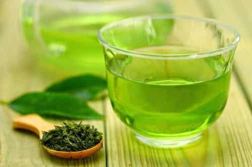 Le thé vert est bon pour la bouche.