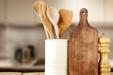 Comment laver et désinfecter les ustensiles de cuisine en bois