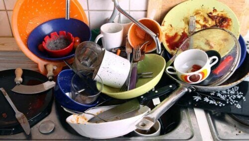 De la vaisselle sale.